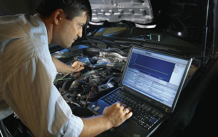 Компьютерная диагностика двигателя автомобиля в сервисе